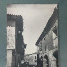 Postales: POSTAL 17 - SANTILLANA DEL MAR. CALLE DEL RIO Y CASA DE LOS HOMBRONES.. Lote 259630110