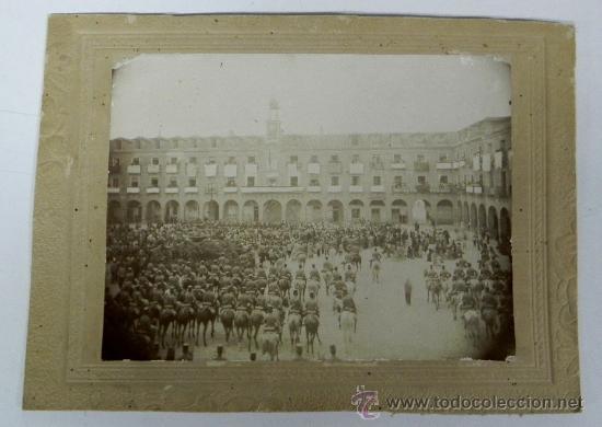 ANTIGUA FOTOGRAFIA ALBUMINA DE LA PLAZA MAYOR DE OCAÑA, TOLEDO, POSIBLEMENTE EN EL PREGON DE LAS FIE (Postales - España - Castilla La Mancha Antigua (hasta 1939))
