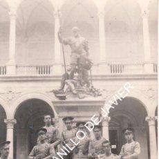 Postales: TOLEDO - ALCAZAR - MONUMENTO A CARLOS V - POSTAL FOTOGRAFICA CON UN GRUPO DE MILITARES. Lote 52560559