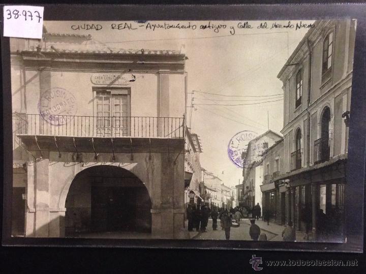CIUDAD REAL - AYUNTAMIENTO Y CALLE DEL MERCADO NUEVO - FOTOGRAFICA SELLO EN SECO ROISIN - (38977) (Postales - España - Castilla La Mancha Antigua (hasta 1939))