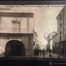 Postales: CIUDAD REAL - AYUNTAMIENTO Y CALLE DEL MERCADO NUEVO - FOTOGRAFICA SELLO EN SECO ROISIN - (38977). Lote 52967090