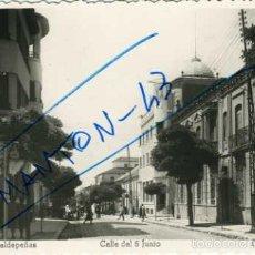 Postales: VALDEPEÑAS (CIUDAD REAL). CALLE DEL 6 DE JUNIO. ED. ARRIBAS Nº 13. FOTOGRAFICA.. Lote 56653366