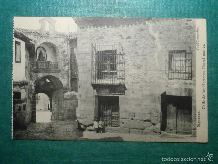 POSTAL - ESPAÑA - GUADALAJARA - SIGUENZA, CALLE DE LOS HERREROS, PORTAL MAYOR, HAUSER Y MENET, NUEVA (Postales - España - Castilla La Mancha Antigua (hasta 1939))