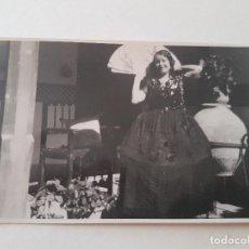 Postales: TOLEDO MUJER EN UN PATIO DISFRAZADA Y CON ABANICO POSTAL FOTOGRAFICA AÑOS 20. Lote 135800154
