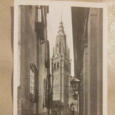 Postales: POSTAL DE TOLEDO, CALLE TIPICA Y TORRE DE LA CATEDRAL. ED. MANIPEL 1958. SIN CIRCULAR.. Lote 140951726