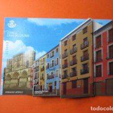 Postales: CUENCA CASAS DE COLORES SELLO POR VALOR DE 5 € ENCARTADO EN IMAGEN DE CUENCA . Lote 155832546
