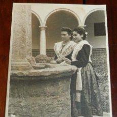 Postales: FOTOGRAFIA DE CASTELLONESAS, TRAJE REGIONAL CIUDAD REAL, TOLEDO, FOTO FATAU, MIDE 17,5 X 12,5 CMS.. Lote 173043848