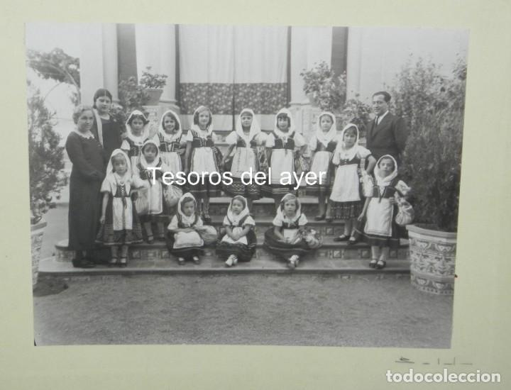 Postales: PRECIOSA FOTOGRAFIA DE NIÑAS DE COLEGIO CON TRAJE REGIONAL DE LAGARTERANA, FOTO BELDA, GRAN TAMAÑO, - Foto 2 - 194373012