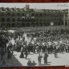 Postales: FOTO POSTAL DE OCAÑA (TOLEDO) MAYO DE 1919, PLAZA MAYOR, MILITARES DE LA ACADEMIA DE INFANTERIA DE T. Lote 199266930