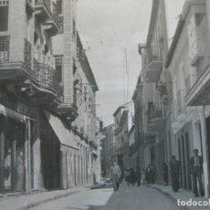 Postales: VALDEPEÑAS-CALLE DE JOSE ANTONIO-ED·ORTIZ-6-POSTAL FOTOGRAFICA ANTIGUA-(70.139). Lote 204695365