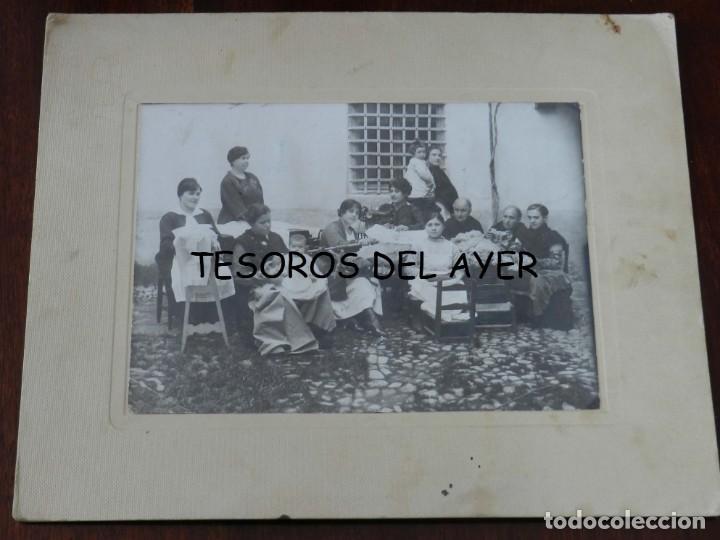 FOTOGRAFIA DE MUJERERS COSIENDO Y HACIENDO BORDADOS, FOTO OCEANO LOPEZ, ALMAGRO, CIUDAD REAL, MIDE 2 (Postales - España - Castilla La Mancha Antigua (hasta 1939))