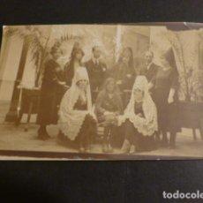 Postales: VALDEPEÑAS CIUDAD REAL GRUPO EN PATIO DE CASA POSTAL FOTOGRAFICA HACIA 1925. Lote 275450773