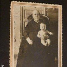 Postales: TOMELLOSO CIUDAD REAL RETRATO DE ABUELA Y NIETO RICARDO SANCHEZ FOTOGRAFO HACIA 1920 POSTAL FOTOGRAF. Lote 275860178