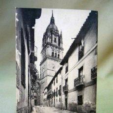 Postales: POSTAL, TARJETA POSTAL, SALAMANCA, CALLE DE LOS LEONES Y CATEDRAL NUEVA. Lote 27805879