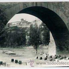 Postales: BURGOS, ROA DE DUERO ARCO DEL PUENTE. ARRIBA LA VILLA DE ROA. ED. ALARDE 13. ESCRITA. Lote 36116153