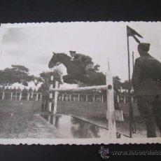 Postales: VALLADOLID 1933 MILITAR CABALLERIA SALTANDO A CABALLO EN LA RUBIA FOTOGRAFIA . Lote 38212358