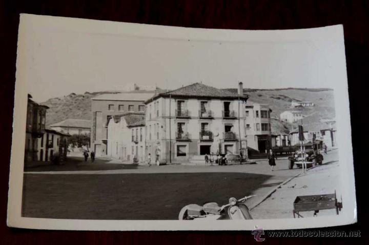 FOTO POSTAL DE GUARDO, PALENCIA, PLAZA DEL GENERALISIMO, COMERCIO CARMELO, CIRCULADA. (Postales - España - Castilla y León Antigua (hasta 1939))