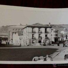 Postales: FOTO POSTAL DE GUARDO, PALENCIA, PLAZA DEL GENERALISIMO, COMERCIO CARMELO, CIRCULADA.. Lote 120487472