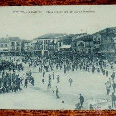 Postales: POSTAL DE MEDINA DEL CAMPO (VALLADOLID) PLAZA MAYOR EN UN DIA DE NOVILLOS, ALFREDO VELASCO, SIN CIRC. Lote 49014872
