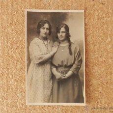 Postales: FOTO POSTAL DE DOS BELLAS JOVENES DE LA EPOCA AÑOS 20. Lote 51814986