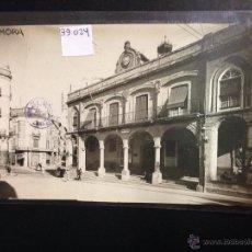 Postales: ZAMORA - PLAZA MAYOR - AYUNTAMIENTO - FOTOGRAFICA SELLO EN SECO ROISIN - (39024). Lote 52978012