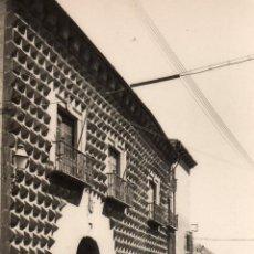 Postales: SEGOVIA POSTAL FOTOGRAFICA SIN CIRCULAR. CASA DE LOS PICOS. GARCIA GARRABELLA. COCHE DE EPOCA. Lote 53054830