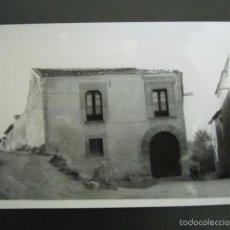 Postales: FOTOGRAFÍA ANTIGUA SEPÚLVEDA. CASONA. 10 X 7 CM. Lote 56933326