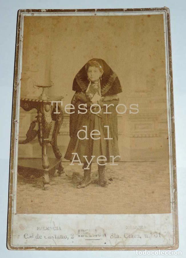 FOTOGRAFIA ALBUMINA DE NIÑA CON TRAJE REGIONAL, PALENCIA / ZAMORA, FOTO IDELMON, MIDE 16,5 X 10,6 CM (Postales - España - Castilla y León Antigua (hasta 1939))