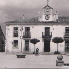 Postales: NAVALPERAL DE PINARES (ÁVILA) - PLAZA MAYOR Y AYUNTAMIENTO. Lote 78195925