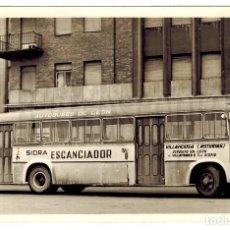 Postales: POSTAL FOTOGRAFÍA AUTOBÚS EMPRESA FERNÁNDEZ LEÓN PUBLICIDAD DE SIDRA EL ESCANCIADOR ASTURIAS AÑOS 50. Lote 108667459