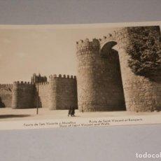 Postales: AVILA PUERTA DE SAN VICENTE Y MURALLAS, ESCRITA 25-6-56. Lote 131229251