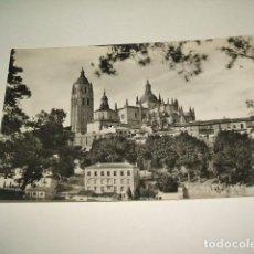 Postales: SEGOVIA LA CATEDRAL DESDE EL PINAR. Lote 131487266