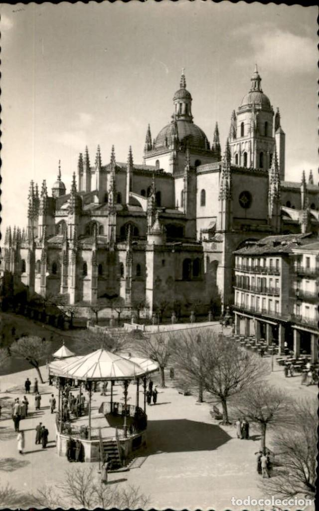 SEGOVIA – CATEDRAL Y PLAZA DEL GENERAL FRANCO – ED. GARCIA GARRABELLA (Postales - España - Castilla y León Moderna (desde 1940))