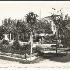 Postales: MEDINA DEL CAMPO - PLAZA DE ESPAÑA. VISTA PARCIAL DE LOS JARDINES - Nº 3 ED. ARRIBAS. Lote 136377794