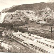 Postales: POSTAL, LOS BARRIOS DE LUNA-LEÓN, PRESA DEL EMBALSE Y CAMPAMENTO, ED. SICILIA , ESCRITA . Lote 137515318