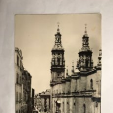 Postales: LOGROÑO. POSTAL NO.18, CALLE GENERAL MOLA Y CATEDRAL. EDITA: L. MONTAÑÉS (H.1940?). Lote 140600926
