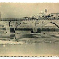 Postales: TARJETA POSTAL FOTOGRAFICA - ZAMORA / PUENTE ROMANO Y CATEDRAL. Lote 143265746