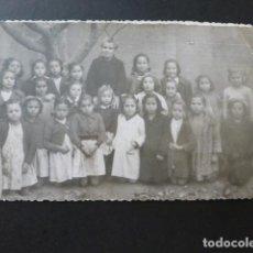 Cartoline: PEÑAFIEL VALLADOLID GRUPO DE ALUMNAS Y MAESTRA POSTAL FOTOGRAFICA AÑOS 40 GONZALEZ ARIAS FOTOGRAFO. Lote 154977698