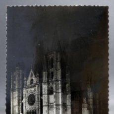 Postales: POSTAL LEÓN CATEDRAL VISTA NOCTURNA GARCÍA GARRABELLA CIRCULADA 1957. Lote 161674042