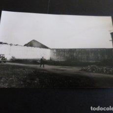Postales: ASTORGA LEON RESTOS INCENDIO EN ESTACION O FABRICA FOTOGRAFIA TAMAÑO POSTAL BUENO FOTOGRAFO. Lote 165743998