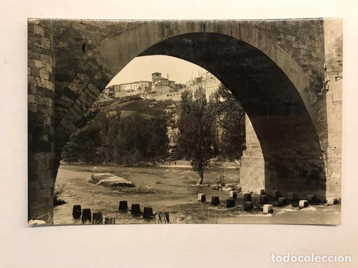 ROA DE DUERO (BURGOS) POSTAL NO.8, ARCO DEL PUENTE. AL FONDO, VISTA DE ROA. EDITA: ED.ALARDE (Postales - España - Castilla y León Moderna (desde 1940))