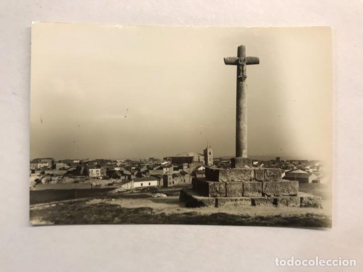 ROA DE DUERO (BURGOS) POSTAL NO.14, CRUZ DE S. PELAYO. AL FONDO, EL PUEBLO. EDITA: ED. ALARDE (Postales - España - Castilla y León Moderna (desde 1940))