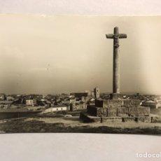 Postales: ROA DE DUERO (BURGOS) POSTAL NO.14, CRUZ DE S. PELAYO. AL FONDO, EL PUEBLO. EDITA: ED. ALARDE. Lote 180107347