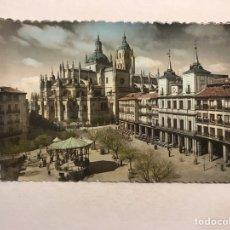 Postales: SEGOVIA. POSTAL COLOREADA NO.42, PLAZA DEL GENERAL FRANCO. EDITA: GARCIA GARRABELLA (H.1950?). Lote 180117811
