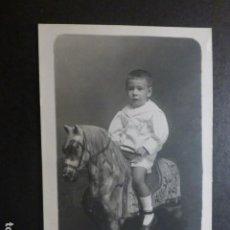 Cartoline: VALLADOLID CERVERA FOTOGRAFO POSTAL FOTOGRAFICA RETRATO DE NIÑO EN CABALLO DE CARTÓN 1920. Lote 190544078