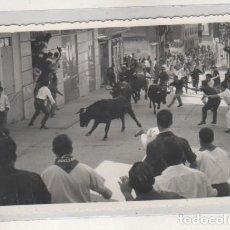 Postales: FOTOGRAFIA TAMAÑO POSTAL ENCIERRO DE TOROS. . FOTO RAFAEL. CUELLAR SEGOVIA.. Lote 194372905