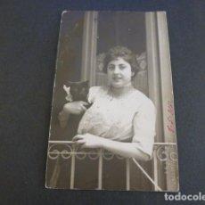 Postales: MIRANDA DE EBRO BURGOS RETRATO DE MUJER CON GAATO J. GUTIERREZ CALDERON FOTOGRAFO SELLO EN SECO. Lote 247915770
