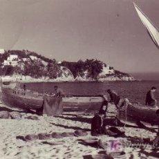 Postales: POSTAL FOTOGRAFICA DE COSTA BRAVA.LLORET DE MAR.PREPARANDO PARA LA PESCA.. Lote 26876956
