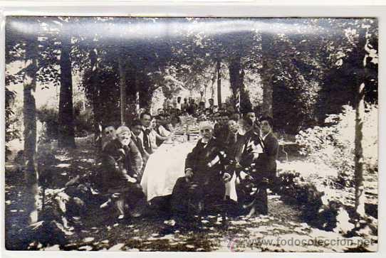 LES PLANES. VALLVIDRERA. ANTIGUA FOTO-POSTAL. COMIDA EN EL CAMPO. MUY ANIMADA. AÑOS 1920S (Postales - España - Cataluña Antigua (hasta 1939))