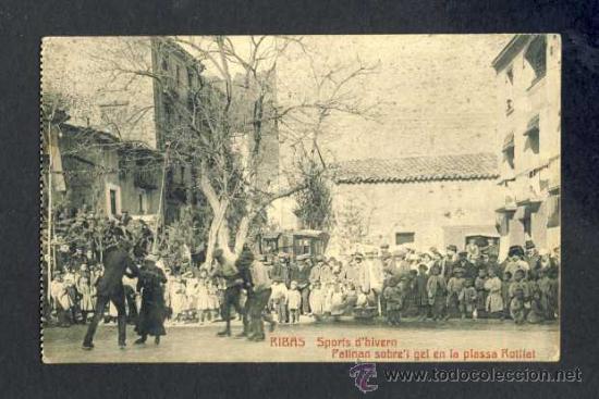 POSTAL DE RIBES DE FRESSER: ESPORTS D' HIVERN. PATINANT SOBRE EL GEL DE LA PLAÇA ROTLLAT (CASTAÑEIRA (Postales - España - Cataluña Antigua (hasta 1939))